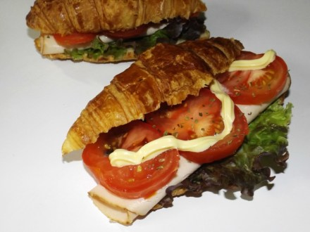 Croissants-sandwichs au blanc de poulet, tomate et mayonnaise2