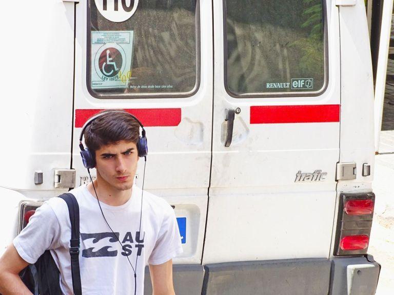 joven escuchando musica en buenos aires