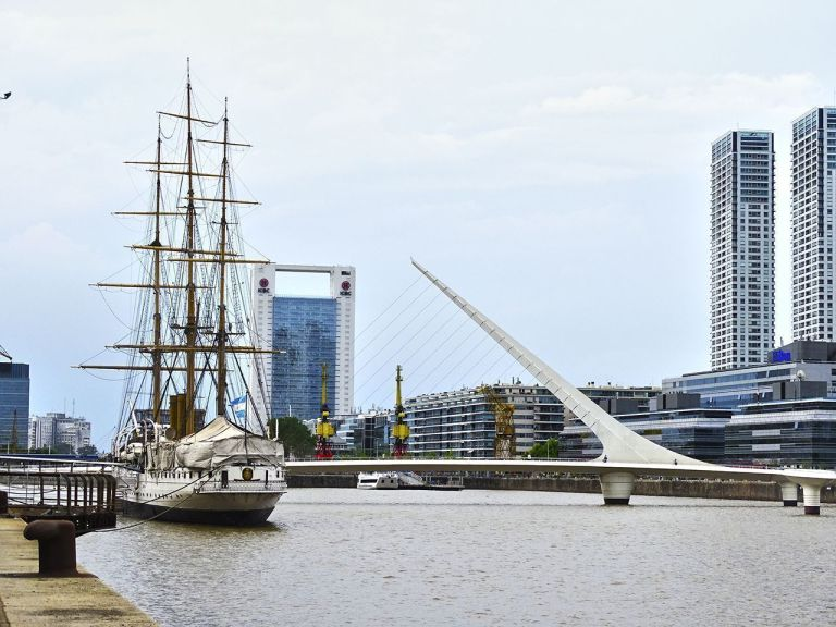 un buque en puerto madero