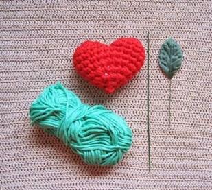 Büyük kalp: 5 mm kanca ile birlikte 2 ipliklerini tığ. küçük kalp: 4 mm kanca ile bir şeride tığ.