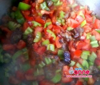 kavrulan et sogan ve sarmısaga yemeklil dogradığımız domates biberi katalım