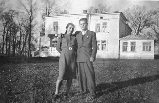 """Helena Gorayska (z lewej), dziedziczka majatku Szebnie (w tle) zmarla w 1942 roku w wieku 30 lat, zarazona tyfusem podczas opieki nad chorymi wiezniami w obozie. Zdjecie z 1938 roku. """"Obóz jeniecki w Szebniach"""""""