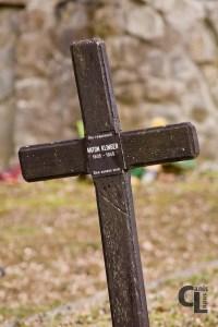 Zbliżenie na krzyż łaciński postawiony najprawdopodobniej w miejscu pochówku żołnierza z II Wojny Światowej. Napis na tabliczce oznacza: Tu spoczywa Anton Klinger 1905-1945 Bóg Żyje