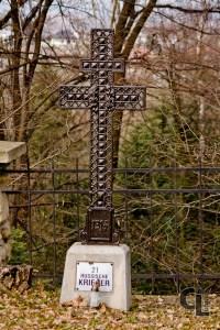 Krzyż patriarchalny w tej formie obecny również na Cmentarzu wojennym nr 101 w Libuszy i Cmentarzu wojennym nr 103 w Pagorzynie (projektowanych przez Hans Mayra)