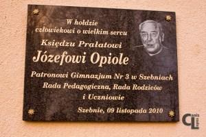 Ks. Józef Opioła - do Szebni przybył 1 sierpnia 1937 r. Uczył tu m.in. religii. W czasie okupacji niósł pomoc i otuchę ofiarom niemieckiego terroru, wspomagał więźniów obozu hitlerowskiego w Szebniach, dostarczając im żywność i lekarstwa oraz przekazywał korespondencję, pomagał tez żołnierzom AK jako powiernik wielu tajemnic polskiego podziemia.