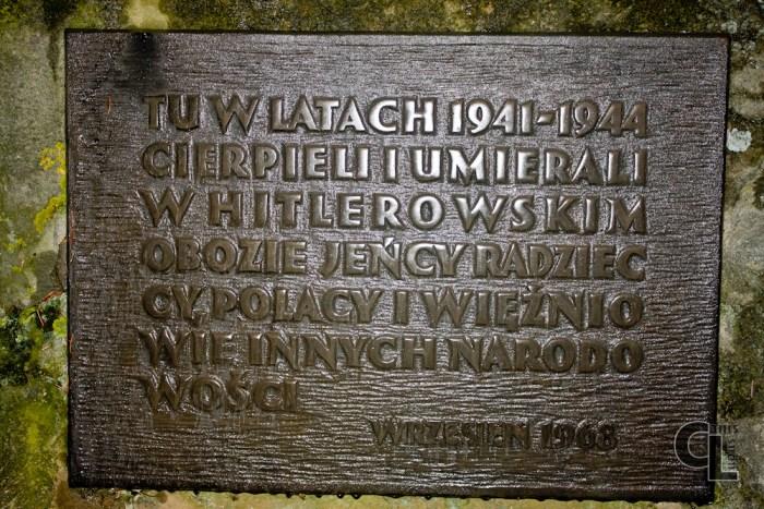 Tablica na pamiątkowym kamieniu ustawionym na placu przed szkołą w Szebniach. W miejscu gdzie stał II Obóz jeniecki w Szebniach.