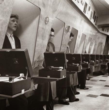 Cabinas para escuchar vinilos en una tienda de Londres, 1948