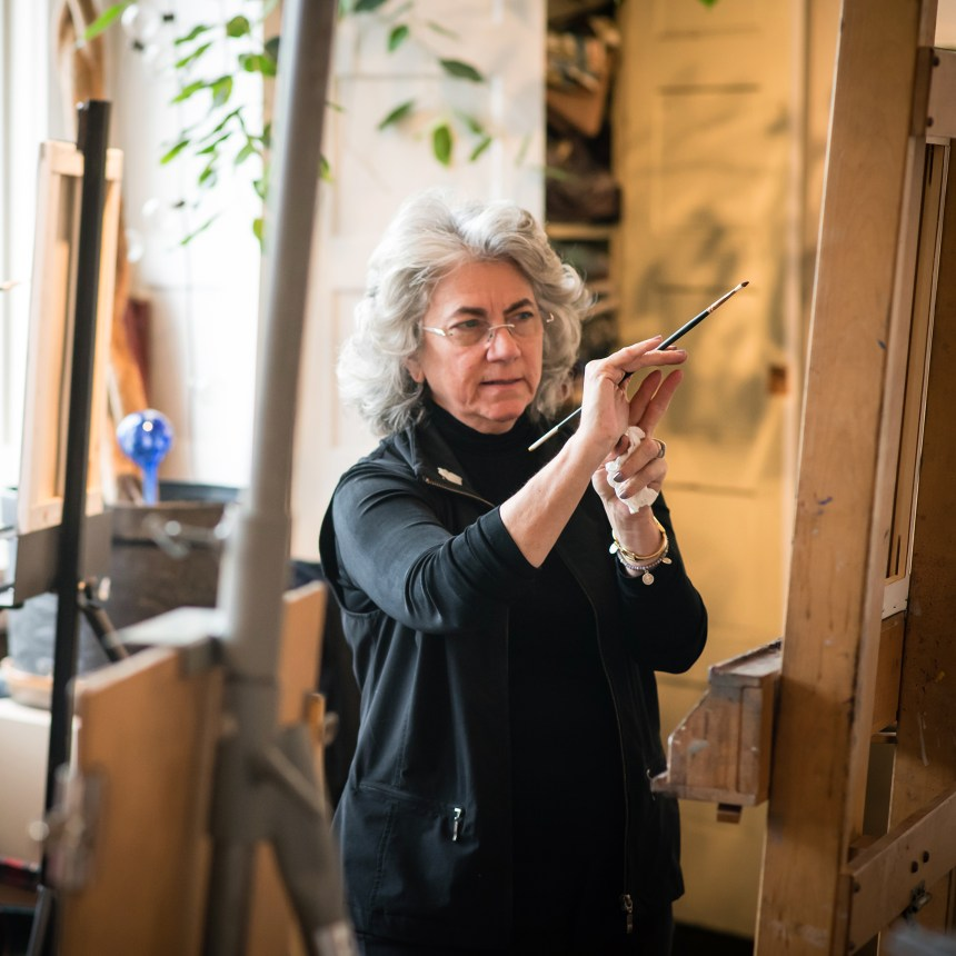 Tricia Kaman demonstrating in her oil portrait workshop. Photo by Michael Steinberg