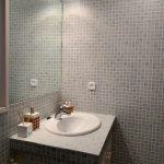 salle de bains avec lavabo