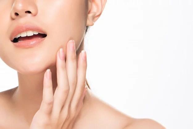 femme avec une belle peau qui se touche le visage, utiliser CBD