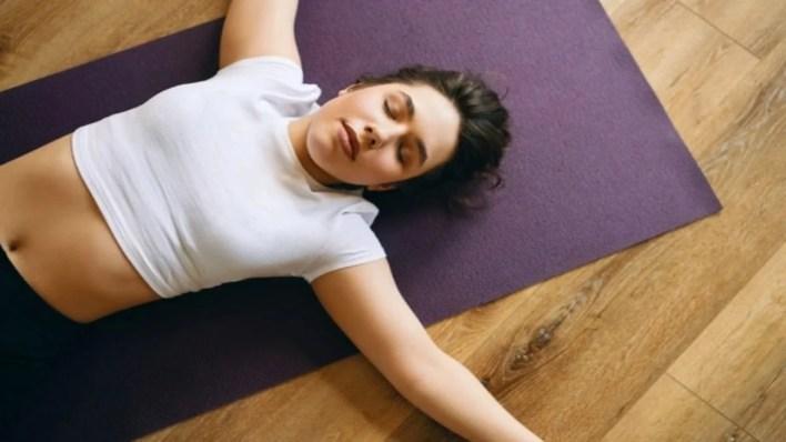 femme au repos après une séance de yoga