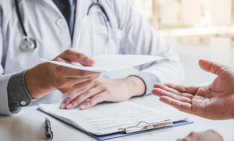 médecin qui tend une ordonnance de cbd