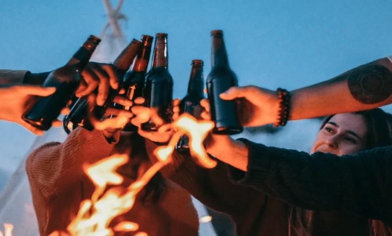 Une bande de copain qui boivent de la biere au cbdd
