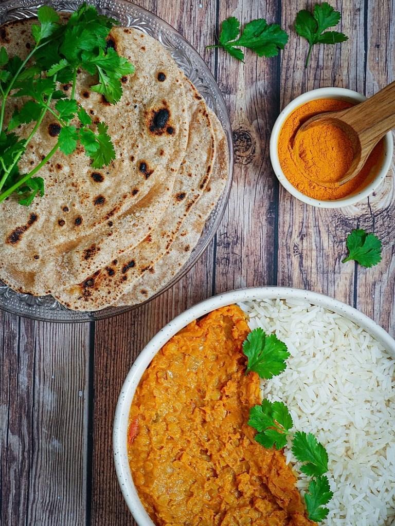 Plat de dahl avec riz et chapatis