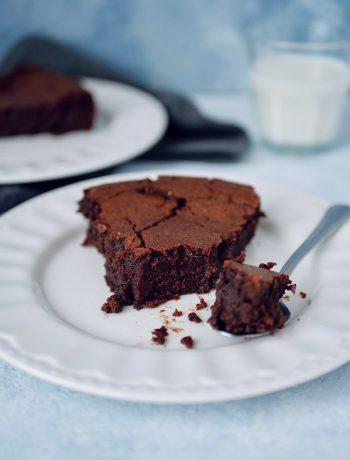 Part de fondant au chocolat sur une assiette