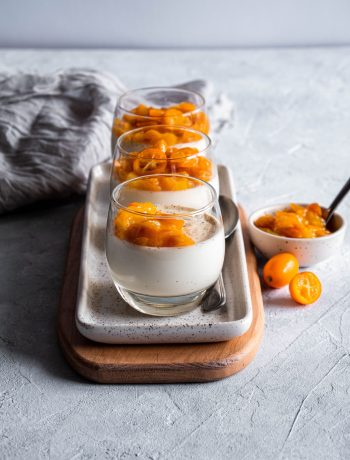 Trois verrines de panna cotta compotée de kumquats