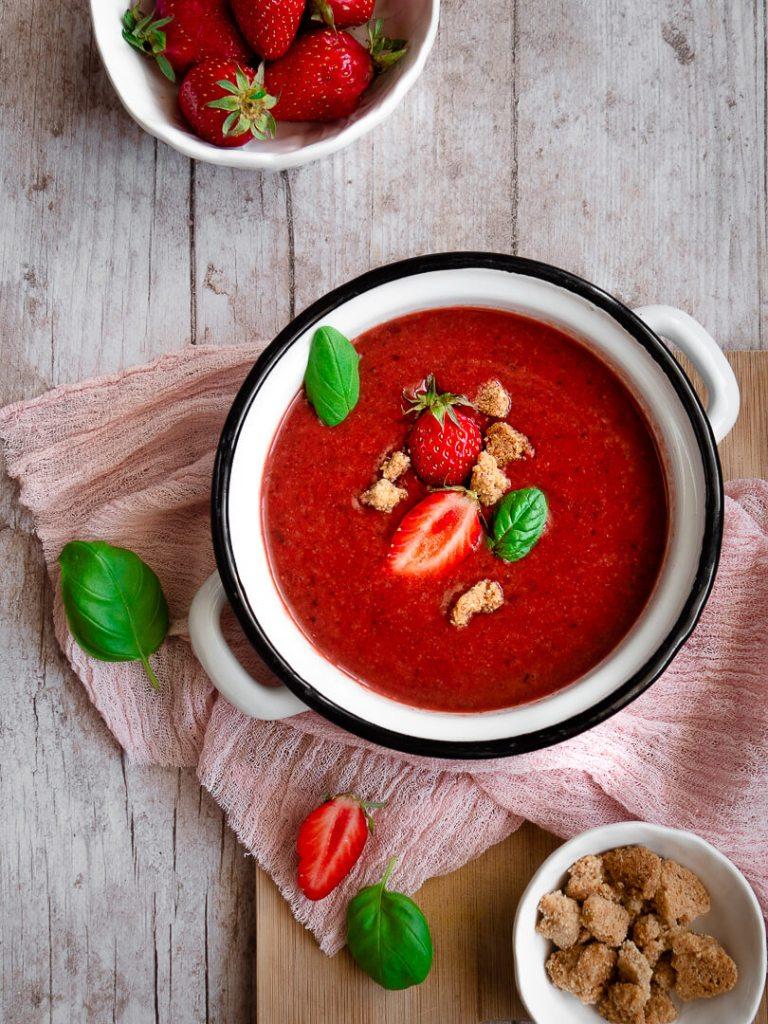 soupe fraises, basilic et crumble d'amandes