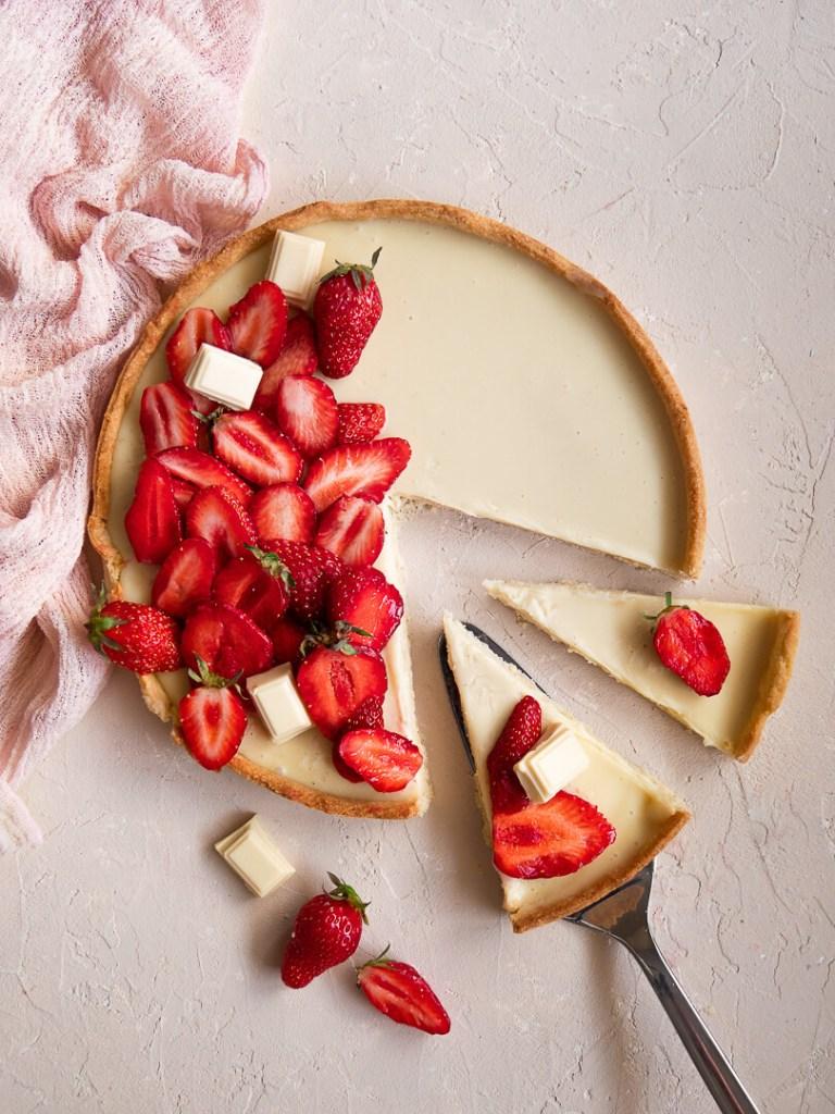 Parts de tarte chocolat blanc et fraises