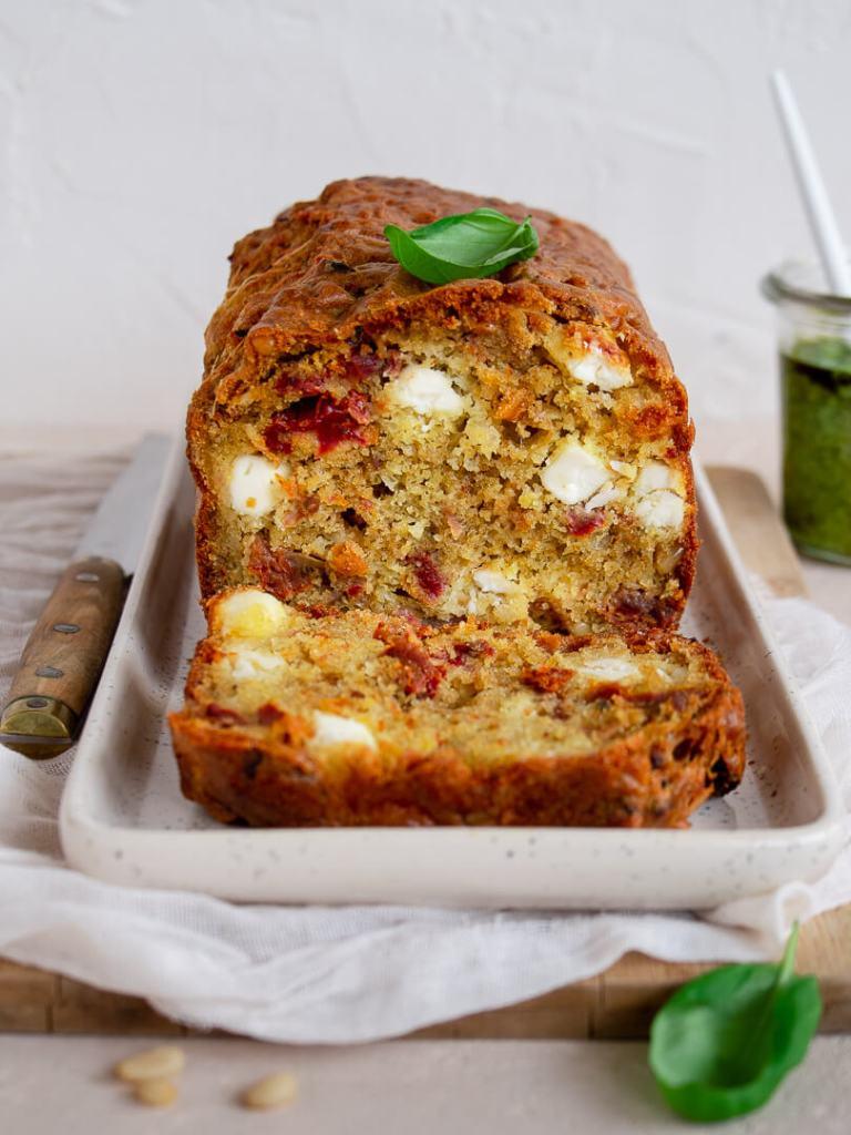 découpe de cake tomates sechees feta