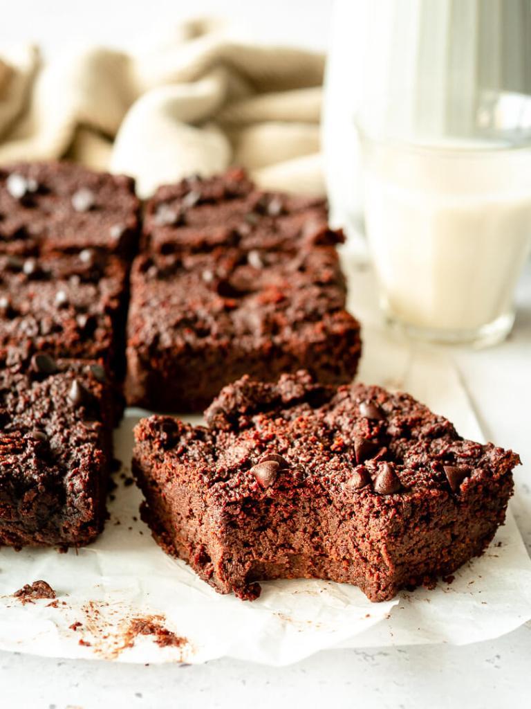 part de brownie vegan à la betterave