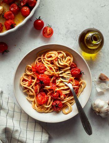 assiette de spaghettis aux tomates cerises rôties