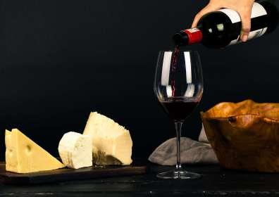 """Quale tipo di VINO ROSSO può essere servito """"freddo""""? Ecco i vini rossi da mettere in frigo"""