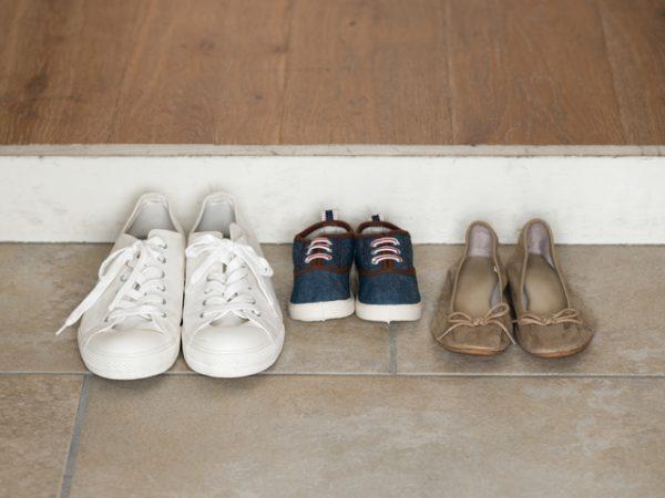 Tiras os sapatos antes de entrar em casa