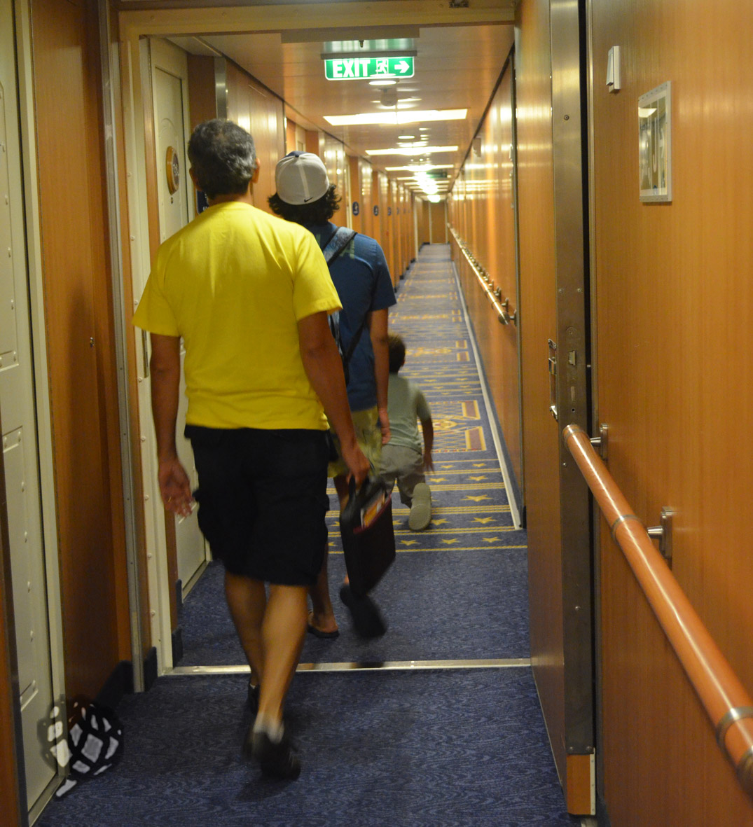 corredor navio meninos