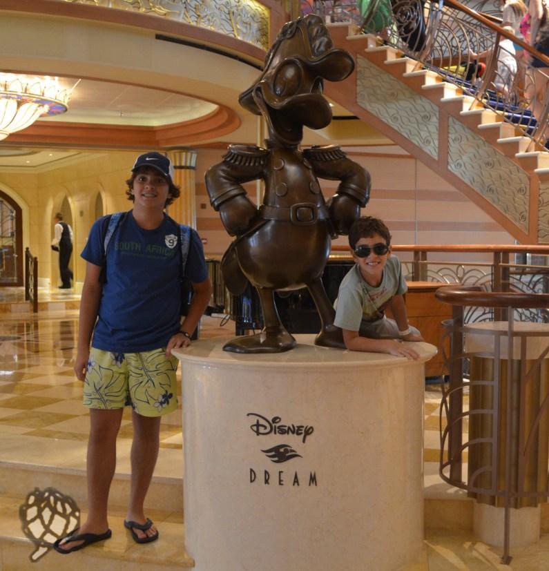meninos com estatua navio