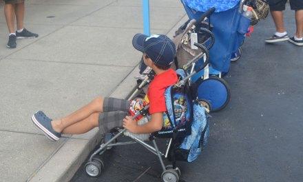 Crianças com carrinho nos parques de Orlando