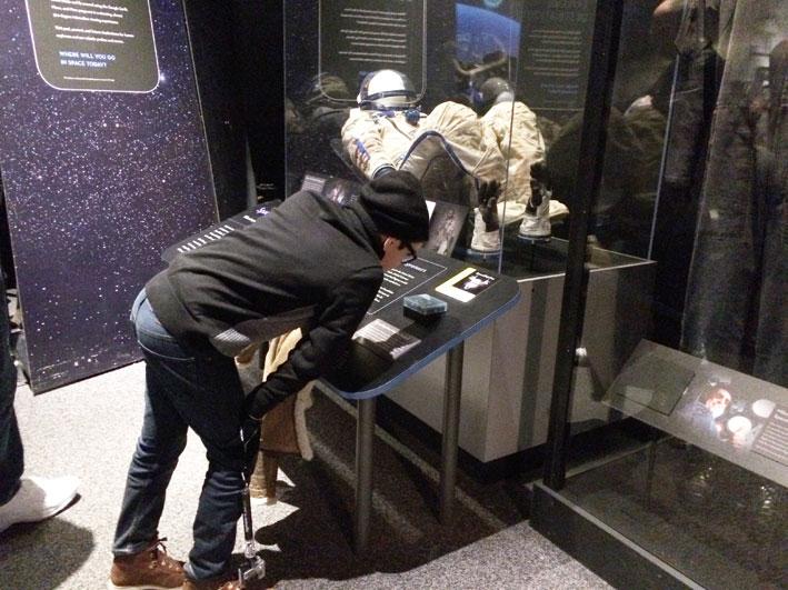 Museu-do-Ar-e-Espaco-exploring-the-moon2