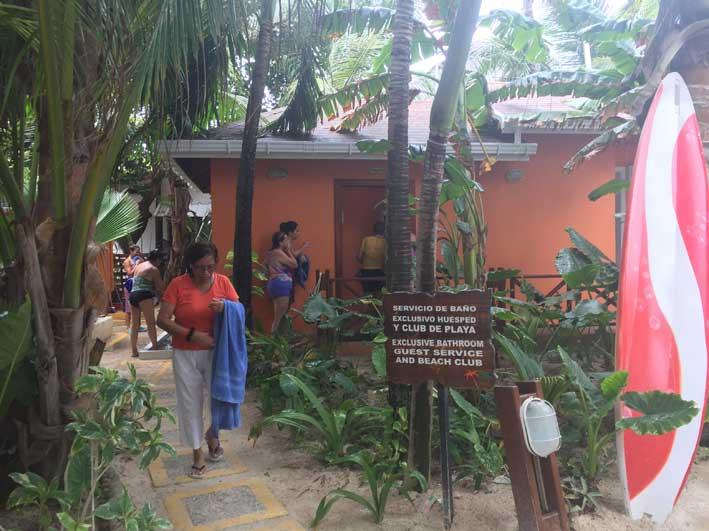 o-que-fazer-em-San-Andres-sem-sair-da-ilha-club-rocky-cay-banheiros