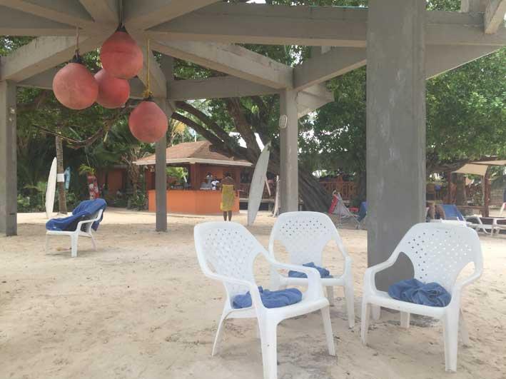 o-que-fazer-em-San-Andres-sem-sair-da-ilha-club-rocky-cay-cadeiras