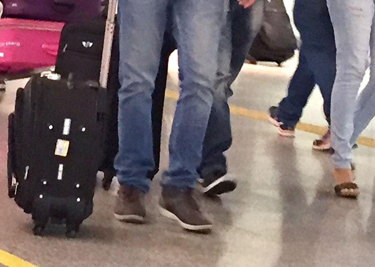 O que calçar (ou não) para viajar de avião