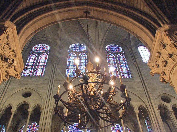 Interior da Notre-Dame em Paris