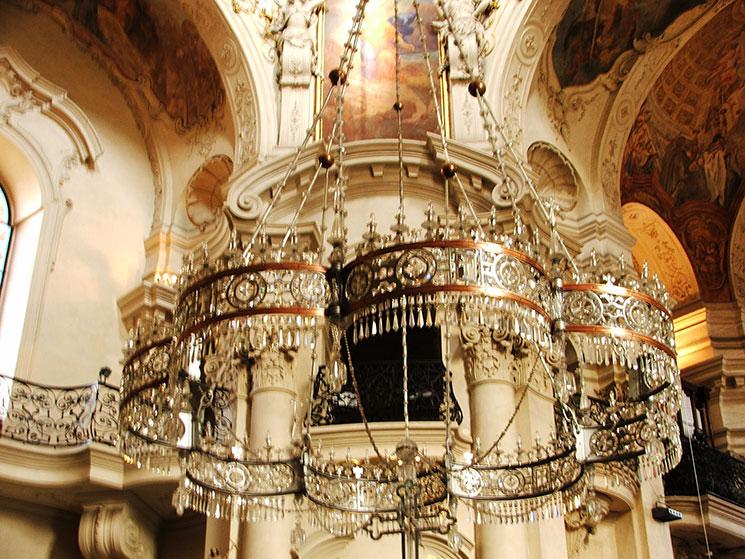 Interior da igreja St Nicholas em Praga