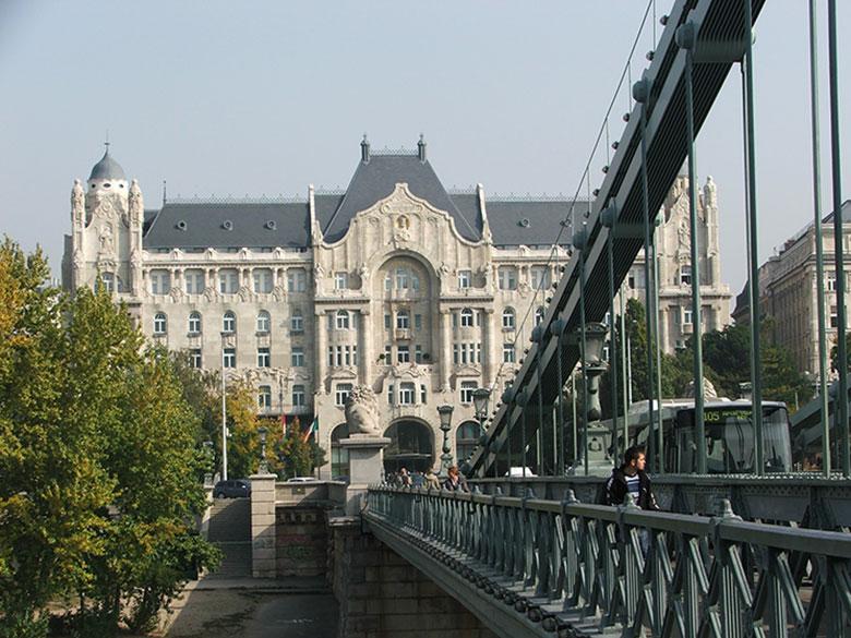 Vista do Palácio Gresham andando pela Ponte das Correntes