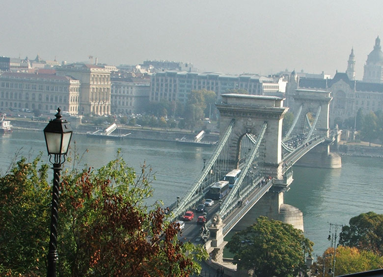 Ponte das Correntes vista de Buda