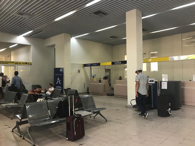 Saguão do aeroporto de Milos
