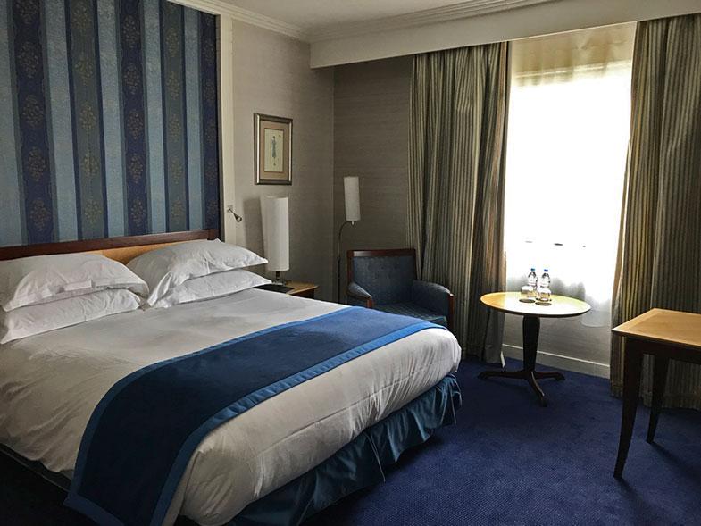 Qaurto do Sofitel hotel em Paris em La Défense