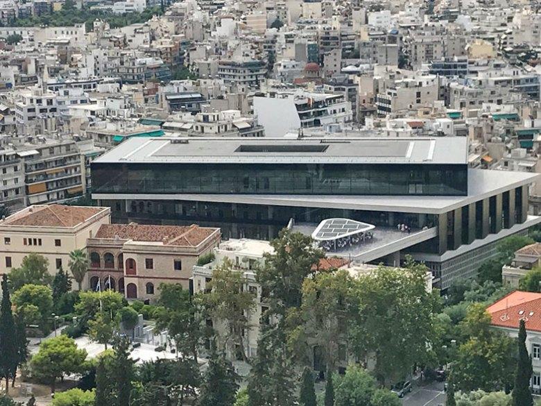 Museu da Acrópole de Atenas visto do alto da colina