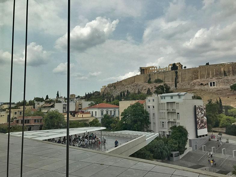 Vista da Acrópole para quem está na Sala do Partenon no Museu da Acrópole de Atenas
