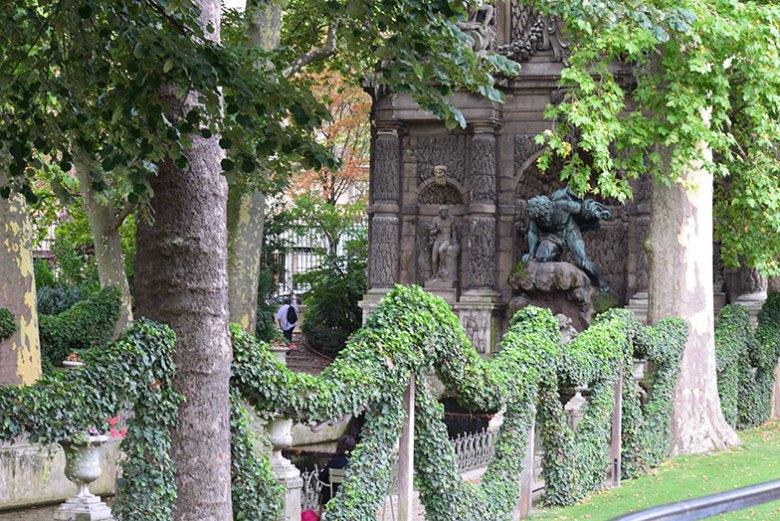Fonte Médicis no Jardim de Luxemburgo em Paris