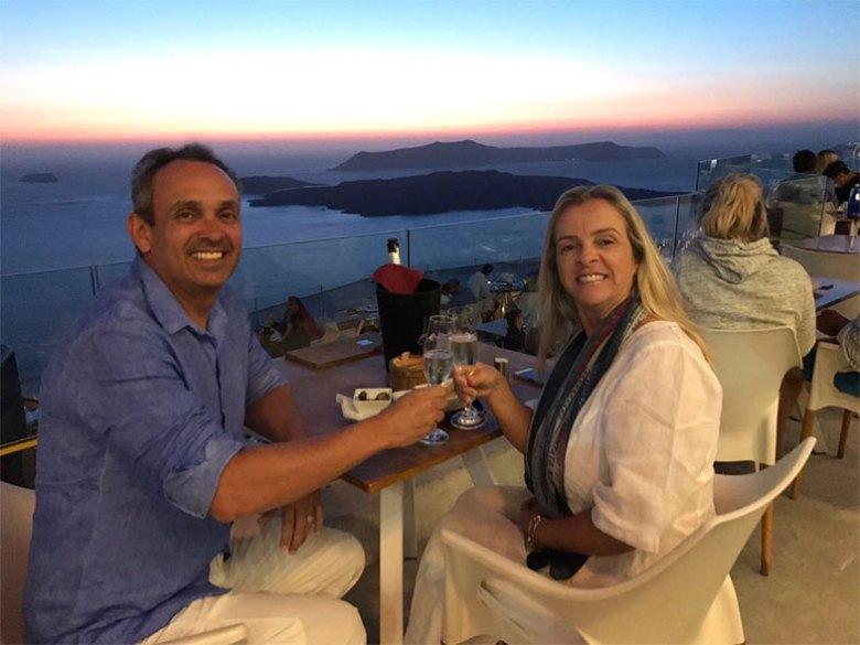 Brinde na vinícola em Santorini