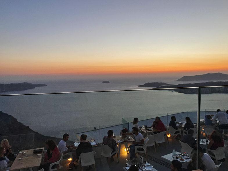 Por do sol na vinícola em Santorini