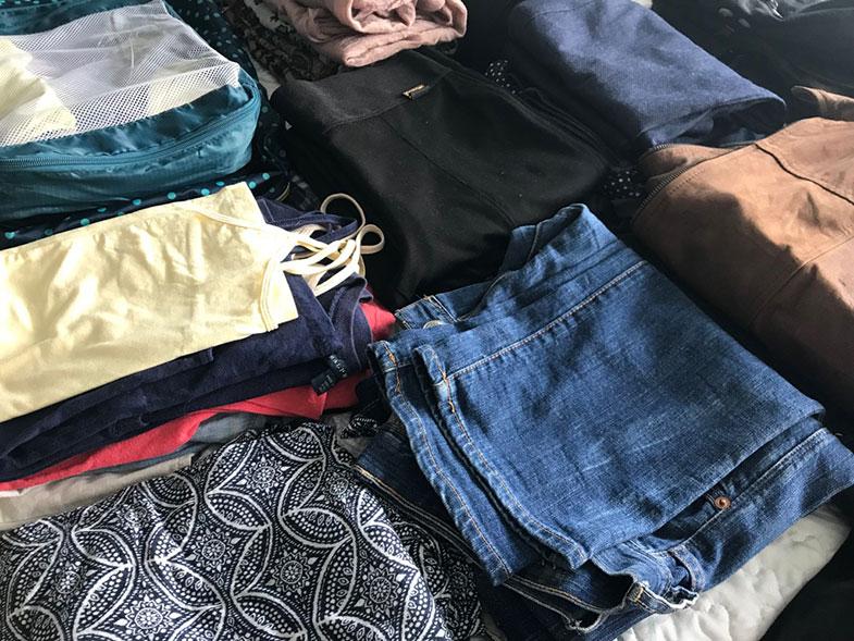 Roupas separadas para uma mala de inverno
