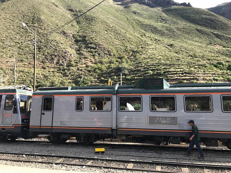 Trem durante uma viagem para o Peru