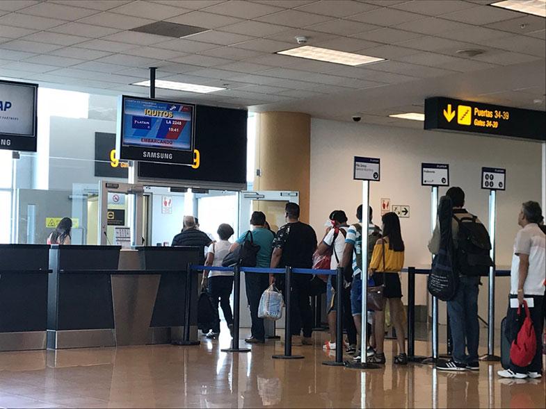 Portão de embarque no aeroporto de Lima
