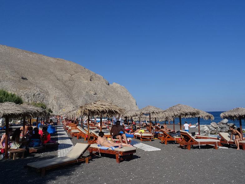Praia de Perissa em Santorini