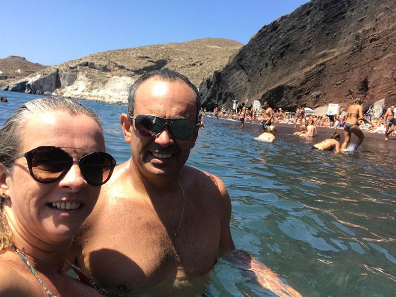 Banho de mar em Red Beach em Santorini